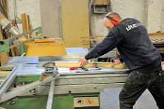 Zuschnitt von Holzleisten für den Bau des Bootsrumpfs an der Kreissäge.