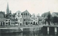 Historische Aufnahme vom Stintmarkt in Lüneburg (ca. 1900) - im Hintergrund der Kirchturm der St. Nikolaikirche.