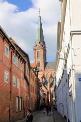 Blick durch die Koltmannstrasse zum Kirchturm der St. Nikolaikirchen von Lüneburg.