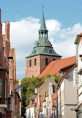 Häuser in der Lüneburger Strasse Auf der Altstadt - Kirchturm der St. Michaeliskirche.