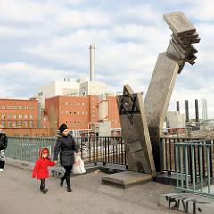 Deportationsdenkmal Putzlitzbrücke im Berliner Ortsteil Moabit - unter der Brücke wurden vom Güterbahnhof Moabit ab Januar 1942 mehr als 32 000 jüdische Bürger in die Konzentrationslager deportiert. Das Mahnmal wurde vom Bildhauer Volkmar Haase  gest