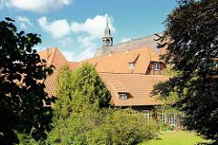 Dächer und Klosterkirche - Kloster Lüne - ehemaliges Benediktinerinnenkloster und heutiges evangelisches Damenstift in Lüneburg; gegründet 1172 - nach einem Großbrand 1380 in Backsteingotik wieder aufgebaut.