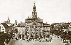 Historisches Motiv vom Lüneburger Rathaus, Rathausplatz - Marktfrauen mit Körben.