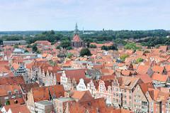 Dächer der Stadt Lüneburg - im Vordergrund die historischen Giebelhäuser Am Sande - im Hintergrund die St. Michaeliskirche.