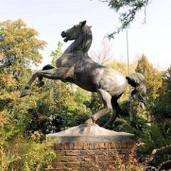 Pferdeskulptur vom Hannoveraner Künstler Hans Kröger im  Lüneburger Park an der Wandrahmstraße