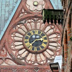 Ziffernblatt der Turmuhr der St. Johanniskirche in Lüneburg.