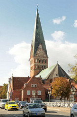 St. Johanniskirche in der Hansestadt Lüneburg - Die fünfschiffige gotische Hallenkirche wurde zwischen 1289 und 1470 erbaut und gilt als bedeutendes  Bauwerk der norddeutschen Backsteingotik.