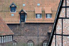 Dachfenster + Lagertür / Fachwerk am Klosterhof in Lüneburg.