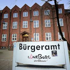 Gebäude und Schild Bürgeramt Lüneburg.