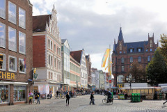 Blick in die Geschäftsstrasse Grosse Bäckerstrasse in der Salzstadt Lüneburg.