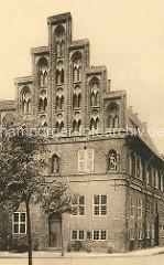 Historische Fotografie vom Rathausgiebel am Ochsenmarkt / Marienplatz in Lüneburg.