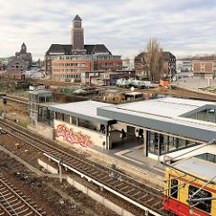 S-Bahn / U-Bahnhaltestelle Berlin Westhafen - im Hintergrund Verwaltungsgebäude.