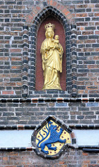 Goldene Marienfigur an der Nordfassade des sogen. Kämmereiflügels vom Lüneburger Rathaus.