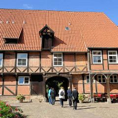 Eingang Kloster Lüne - ehemaliges Benediktinerinnenkloster und heutiges evangelisches Damenstift in Lüneburg; gegründet 1172 - nach einem Großbrand 1380 in Backsteingotik wieder aufgebaut.
