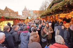 Weihnachtsmarkt am Marktplatz von Lüneburg.