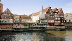 Wasseransicht des historischen Hafenviertels von Lüneburg - im Dezember 2013 brannte eines der alten Häuser bis auf die Grundmauern ab.