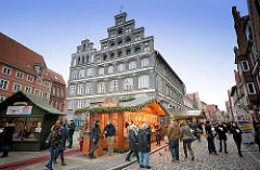 Weihnachtsmarkt in Lüneburg - Am Sande; der Schütting - Norddeutsche Backsteinarchitektur erbaut 1548, Sitz der Industrie- und Handelskammer.