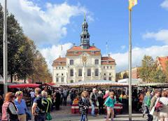 Wochenmarkt am dem Marktplatz vor dem Lüneburger Rathaus.