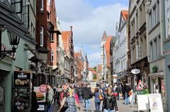 Fussgängerzone Große Bäckerstrasse in Lüneburg - Geschäftshäuser und Passanten.