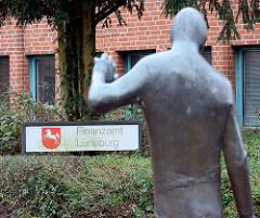 Bronzskulptur vor dem Finanzamt Lüneburg.