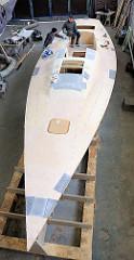Spachtelarbeiten bei der Fertigung des Decks vom Segelboot Lütje 35.