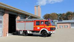 Löschzug und Gebäude der Feuerwehr Lüneburg.