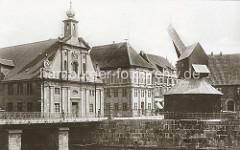 Barockfassade des Alten Kaufhauses und der Alte Kran am Ilmenau-Hafen in Lüneburg (ca. 1900)