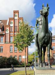 Reiterdenkmal für die Toten des Kavallerie-Regiments 13 in Lüneburg - bronzener Reiter von August Waterbeck / Lüne-Park.