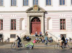 Eingangsportal vom Landgericht Lüneburg -  das Gericht hat seinen Sitz im ehemaligen Lüneburger Schloss, 1698 entstandener Barockbau.