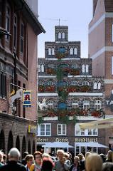 Blick aus der Kleinen Bäckerstrasse auf den Lüneburger Platz Am Sande - historische Giebelhäuser, Passanten.