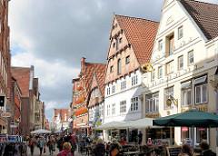Fussgänerzone in Lüneburg - historische Wohnhäuser / Geschäftshäuser, Läden in der Grapengießerstrasse.