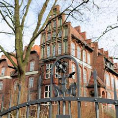 Gebäude Wilhelm Raabe Schule / Gymnasium in der Hansestadt Lüneburg - schmiedeeiserner Zaun mit Dekor.