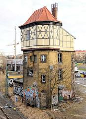 Historisches Bahngebäude an der Bahnstrecke im Berliner Westhafen / Beusselstrasse.