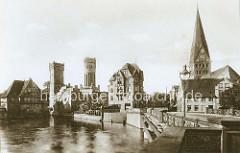 Historisches Panorama der Hansestadt Lüneburg - Blick von der Altenbrückertorstrasse über die Ilmenau; re. die Johanniskirche - lks. der Wasserturm und die Ratsmühle. (ca. 1900).
