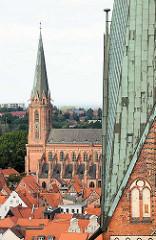 Blick über die Dächer von Lüneburg, re. ein Ausschnitt vom Kirchturm der St. Johanniskirche, dahinter die St. Nicolaikirche.