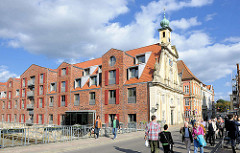 Alt + Neu, Barockfassade vom Alten Kaufhaus in Lüneburg, moderner Hotelneubau.