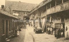 """Historische Aufnahme vom Viskulenhof in Lüneburg - Kinder sitzen auf einem Holzkarren, Frauen mit Schürze - ein Pferd wird am Halfter gehalten. Der Viskulenhof war Sitz des Lüneburger Patiziergeschlechts """"Viscule"""", das sich um 1291 gegenüber dem K"""