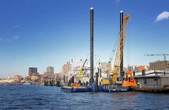 Neuer Hafenbagger MODI im Hamburger Hafen an der Überseebrücke. Der neue Bagger steht auf einem flexibel justierbaren Stelzenponton und hat eine Länge von 35m - die maximale Baggertiefe beträgt 23m.