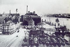Bild vom alten Altonaer Holzhafen. Schuten liegen mehrere Reihen tief im Altonaer Hafenbecken - eine Wassertreppe führt zum zum Anleger. Industriegebäude am Elbufer; Wohn- und Gewerbehäuser an der Grossen Elbstrasse.