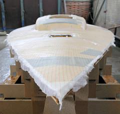 Fertig laminierter Decksaufbau vom Daysailer Lütje 35 - das Glasfasergewebe wird nach Trocknung des Epoxidharzes von Hand abgezogen.