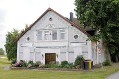 Historsiches Wohnhaus, Jugendstildekor am Deich zur Norderelbe in Hamburg Wilhelmsburg.