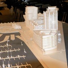 Modell der Bebauung am Standkai in der Hafencity Hamburgs - 0023 Präsentation beim Architekturwettbewerb zur Bebauung vom Strandkai in der Hafencity Hamburgs - im Vordergrund ein Modell der Bebauung; ca. 500 hochwertige Genossenschafts-, Miet- und Ei