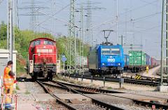 Diesellok / Lokomotive 295 100-2 auf dem Güterbahnhof Alte Süderelbe - im Hintergrund Waggons mit Containerladung und eine Lokomotive der LTH Transportlogistik 185 522-0
