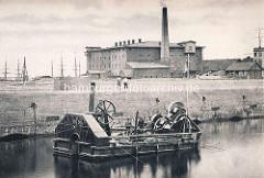 Baggermaschine im Hamburger Hafen ca. 1885 - Rotationswerk mit Baggereimern mit Dampfkraft angetrieben.