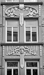 Aufwändiges Jugendstildekor an einer Hausfassade in Hamburg St. Georg.