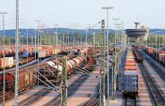 Güterzüge auf den Gleisen des Güterbahnhofs Alte Süderelbe - der Bahnhof ist der größte Containerbahnhof Europas; er wurde 1995 in Betrieb genommen.