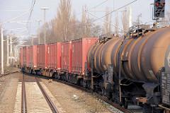 Güterzug mit Kesselwagen und Containern auf der Strecke der Güterumgehungsbahn bei Hamburg Eidelstedt.