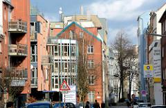 Wohnhäuser in unterschiedlichen Architekturformen - Hausfassaden in der Strasse Koppel in Hamburg St. Georg.