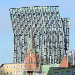 Hochhaus TANZENDE TÜRME auf Hamburg St. Pauli - Architektur des Architektenbüros BRT – Bothe, Richter, Teherani. Im Vordergrund der Kirchturm der Gustav-Adolf-Kirche in der Hamburger Neustadt.