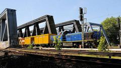 Arbeitszug auf der Eisenbahnbrücke über die Süderelbe in Hamburg Wilhelmsburg.